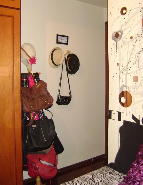 Na entrada, um cabideiro lotado (coisas de mulher) e ao lado da porta meus chapéus! - junto com a minha plaquinha de Arquiteta!